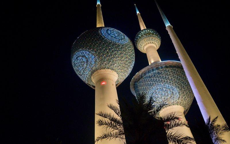 Cahaya di Kuwait Towers pada malam hari di Kuwait -  Bloomberg/Tasneem Alsultan