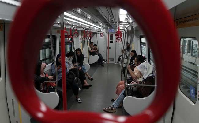 Sejumlah penumpang berada di dalam LRT di Jakarta. Bisnis - Himawan L Nugraha
