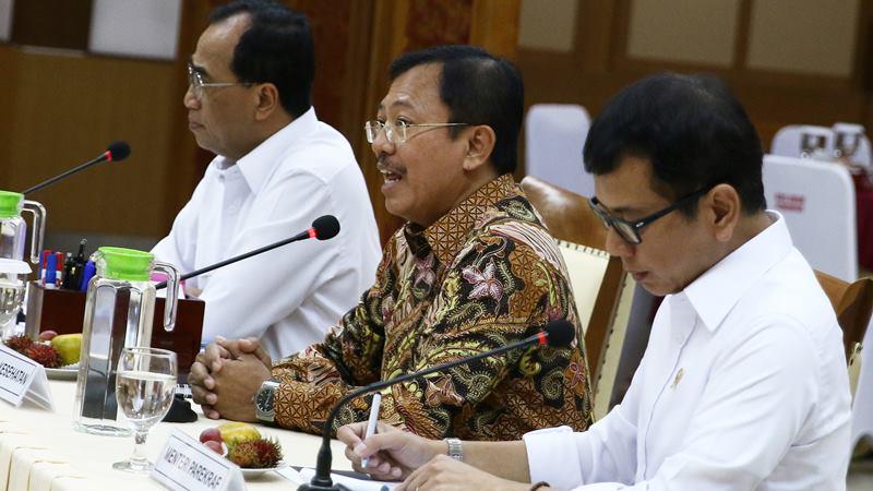Menteri Kesehatan Terawan Agus Putranto (tengah) didampingi Menteri Perhubungan Budi Karya Sumadi (kiri) dan Menteri Pariwisata dan Ekonomi Kreatif (Menparekraf) Wishnutama (kanan) memberikan paparan saat Rapat Koordinasi tingkat menteri di Kemenhub, Jakarta, Senin (27/1/2020). -  ANTARA / Rivan Awal Lingga