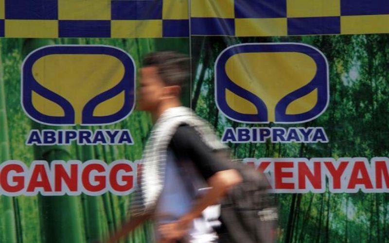 Warga melintas di dekat logo PT Brantas Abipraya (Persero) di Jakarta, Kamis (11/7/2019). - Bisnis - Himawan L Nugraha
