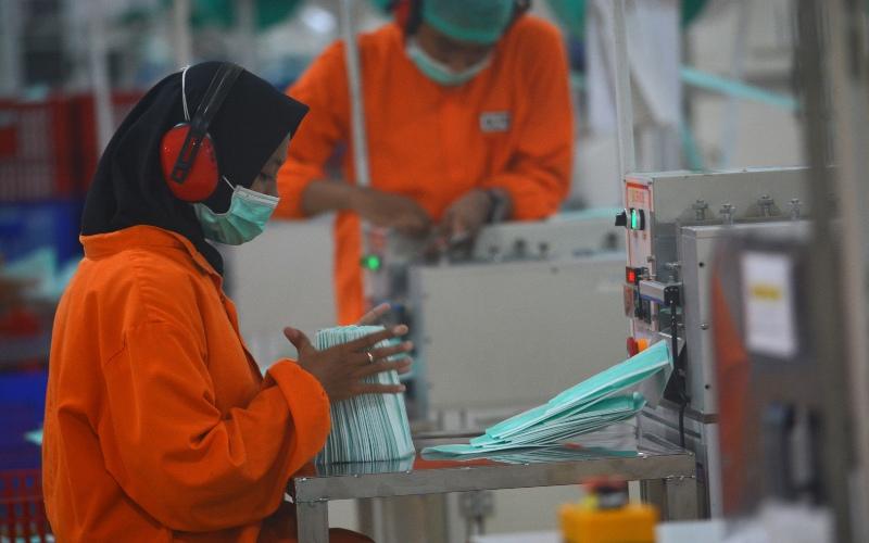 Buruh menyelesaikan pembuatan masker di PT Jayamas Medica Desa Karangwinongan, Kecamatan Mojoagung, Kabupaten Jombang, Jawa Timur, Rabu (18/3/2020). Karena kekurangan bahan baku, dalam sehari pabrik tersebut hanya memproduksi masker sebanyak 300.000 lembar dari biasanya sebelum wabah virus COVID-19 bisa mencapai 1 juta lembar masker. - ANTARA FOTO/Syaiful Arif