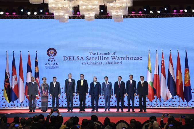 PM Malaysia Mahathir Muhamad (dari kiri), Penasehat Negara Myanmar Aung San Suu Kyi, Presiden Filipina Rodrigo Duterte, PM Singapura Lee Hsien Loong, PM Thailand Prayut Chan, PM Vietnam Nguyen Xuan Phuc, Sultan Brunei Hassanal Bolkiah, PM Kamboja Hun Sen, Presiden Joko Widodo dan Presiden Laos Bounnhang Vorachith meluncurkan DELSA Satelit di sela-sela KTT ke-34 Asean di Bangkok, Thailand, Minggu (23/6/2019). - ANTARA/Puspa Perwitasari