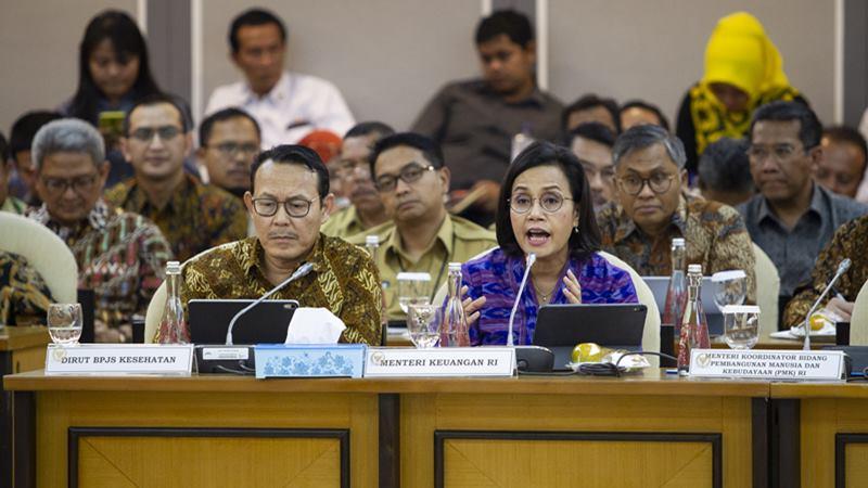 Menteri Keuangan Sri Mulyani Indrawati (kanan) bersama Dirut BPJS Kesehatan Fahmi Idris (kiri) mengikuti Rapat Kerja Gabungan (Rakergab) di Kompleks Parlemen, Senayan, Jakarta, Selasa (18/2/2020). - ANTARA / Dhemas Reviyanto
