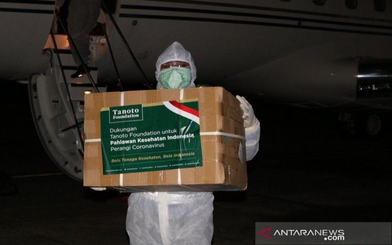 Petugas menurunkan bantuan APD dari Tanoto Foundation di Lanud Halim Perdana Kusuma Jakarta, Jumat. (ANTARA - HO/Tanoto Foundation)
