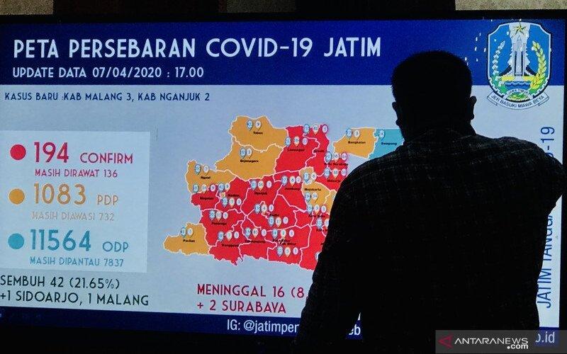 Peta sebaran pasien COVID-19 yang ditampilkan di Gedung Negara Grahadi di Surabaya, Selasa (07/4/2020). - Antara/Fiqih Arfani