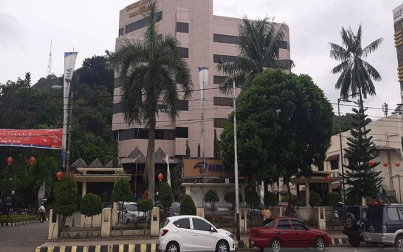 Gedung kantor pusat Bank Papua di Jayapura, Papua. - Antara/Evarukdijati