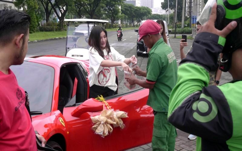 Ini Dia Crazy Rich Surabaya yang Cantolkan Kerupuk di Ferrari Saat Bagi/Bagi Sembako