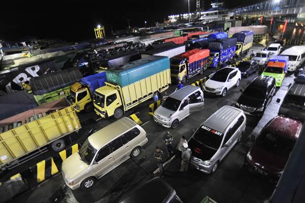 Sejumlah kendaraan yang akan menyeberang ke Sumatera antri hingga keluar area pelabuhan setelah layanan penyeberangan Merak-Bakauheni ditutup sementara di Pelabuhan Merak, Banten, Kamis (30/11). Pihak Syah Bandar bersama PT ASDP terpaksa menutup sementara layanan penyeberangan ferry dari Merak ke Sumatera mulai Kamis pukul 17.45 WIB hingga waktu yang belum ditentukan akibat kondisi cuaca sangaat ekstrim dampak dari Siklon Tropis Dahlia. ANTARA FOTO - Asep Fathulrahman