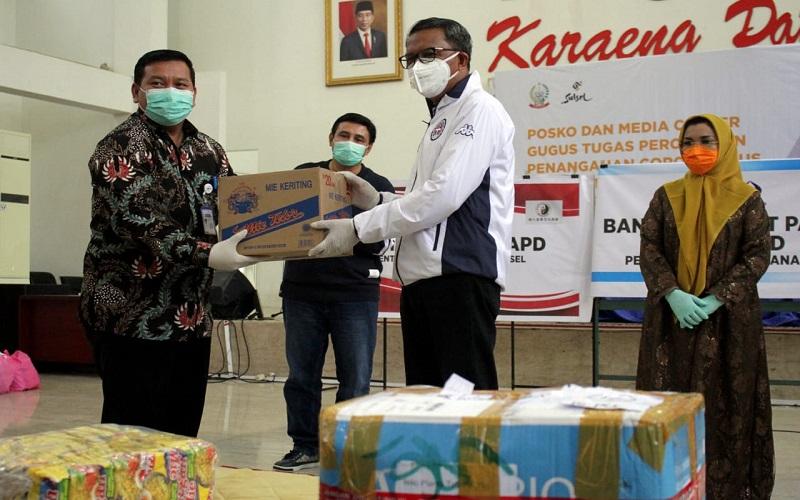 Unit Manager Communication & CSR PT Pertamina MOR VII Hatim Ilwan menyerahkan bantuan kepada Gubernur Sulsel Nurdin Abdullah - Istimewa