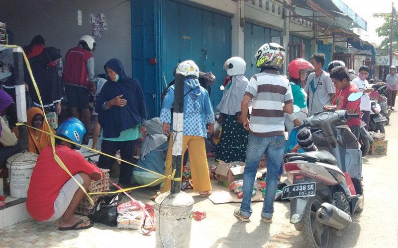 Masyarakat kota Sorong berbondong-bondong mendatangi pasar Remu untuk berbelanja, Kamis (9/4/2020). - Antara Papua Barat/Ernes Kakisina