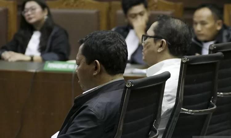 Budi Hartono (kanan) menjalani sidang tuntutan di Pengadilan Tipikor, Jakarta Pusat, Jumat (31/1/2020). Jaksa menuntut Edy Sofyan dan Budy Hartono dengan hukuman 5 tahun penjara denda Rp200 juta subsider 6 bulan kurungan karena menjadi perantara suap sebesar SGD 11 ribu dan Rp45 juta dari pengusaha Kock Meng kepada mantan Gubernur Kepulauan Riau (Kepri) Nurdin Basirun. - Antara