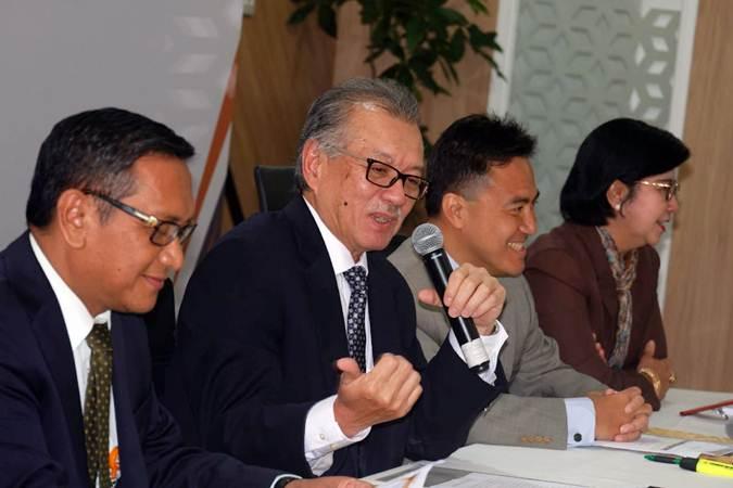 Ketua Dewan Komisioner Lembaga Penjamin Simpanan (LPS) Halim Alamsyah (kedua kiri), Kepala Eksekutif Fauzi Ichsan (kedua kanan), Anggota Dewan Komisioner Destry Damayanti (kanan) dan Direktur Eksekutif Riset, Surveilans, dan Pemeriksaan Didik Madiyono memberikan penjelasan pada konferensi pers pengumunan hasil review suku bunga penjaminan, di Jakarta, Senin (13/5/2019). - Bisnis/Nurul Hidayat