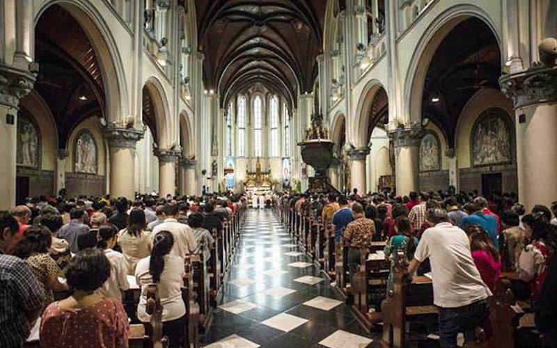 Umat Katolik melaksanakan misa Natal di Gereja Katedral, Jakarta, Selasa (25/12/2018). - ANTARA/Aprillio Akbar