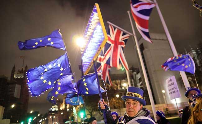 Aksi protes anti-Brexit menggelar unjuk rasa di luar Gedung Parlemen di London, Inggris (30/1/2020). - Reuters