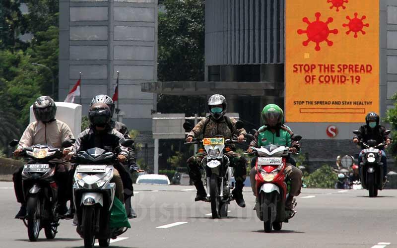 Sejumlah kendaraan melintas di jalan Jenderal Sudirman, Jakarta, Selasa (7/4/2020). Bisnis - Arief Hermawan P