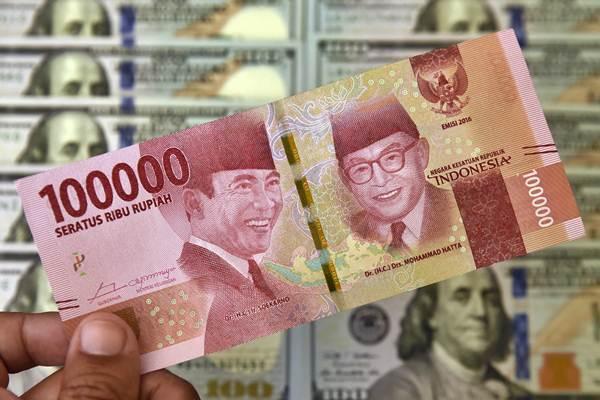Petugas jasa penukaran valuta asing memeriksa lembaran mata uang rupiah. - Antara/Puspa Perwitasari