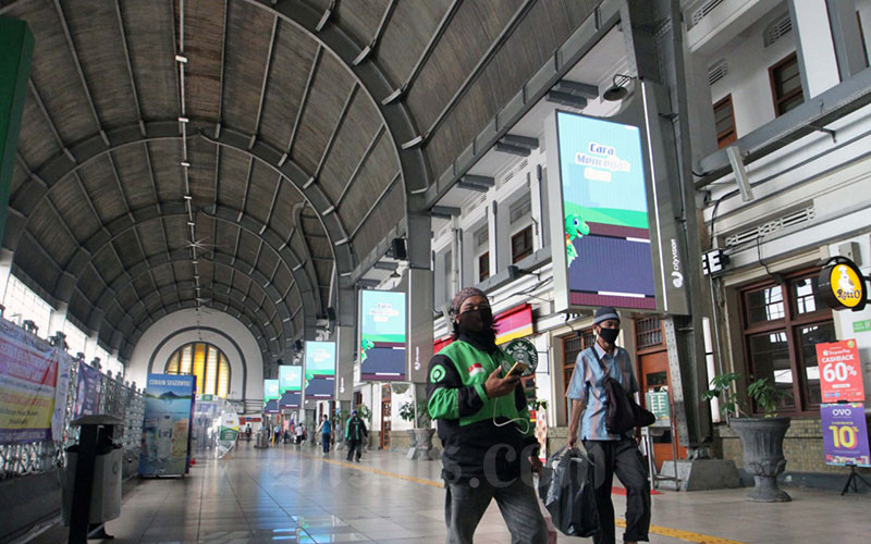 Suasana Stasiun Kota yang sepi dari penumpang di Jakarta, Jumat (10 - 4). PT Kereta Commuter Indonesia (KCI) akan menyesuaikan operasional kereta rel listrik (KRL) Jabodetabek sejalan dengan kebijakan pembatasan sosial berskala besar (PSBB) yang sudah ditetapkan oleh pemerintah pusat. Sesuai aturan PSBB, maka operasional KRL di pemerintah provinsi DKI Jakarta dimulai pukul 06.00 WIB dan berakhir hingga 18.00 WIB.