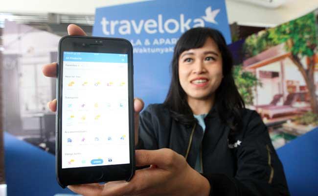 Model menunjukan aplikasi Traveloka di Jakarta. Bisnis - Dedi Gunawan