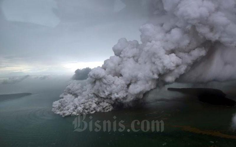 Letusan Gunung Anak Krakatau terlihat dari foto udara yang diambil dari pesawat Cessna 208 B Grand Caravan milik Maskapai SusiAir di Selat Sunda, Minggu (23/12/2018). Bisnis - Nurul Hidayat