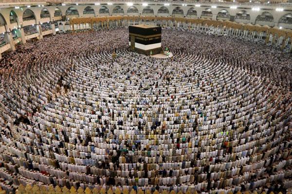 Pelaksanaan salat di Masjidil Haram, Makkah. - Reuters/Suhaib Salem