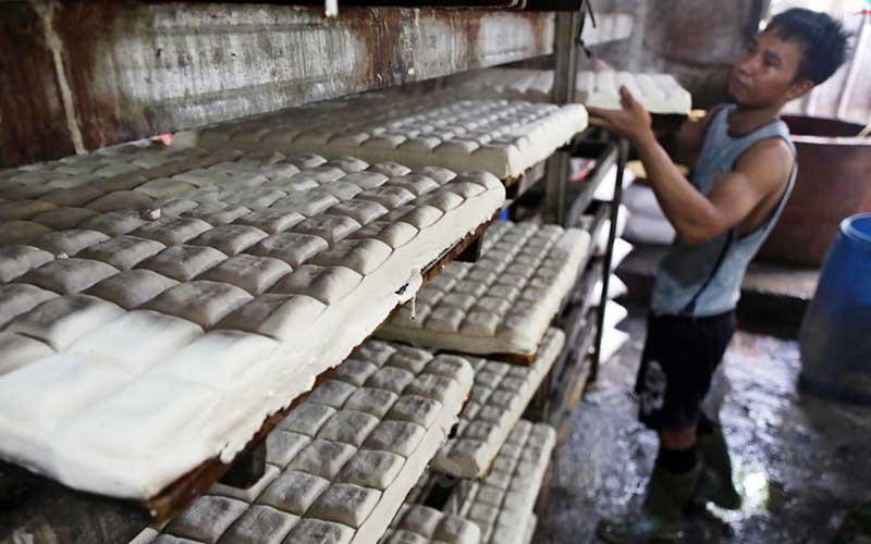 Pekerja memproduksi tahu disebuah industri rumahan di Jakarta, Rabu (18/3/2020). Bisnis - Eusebio Chrysnamurti