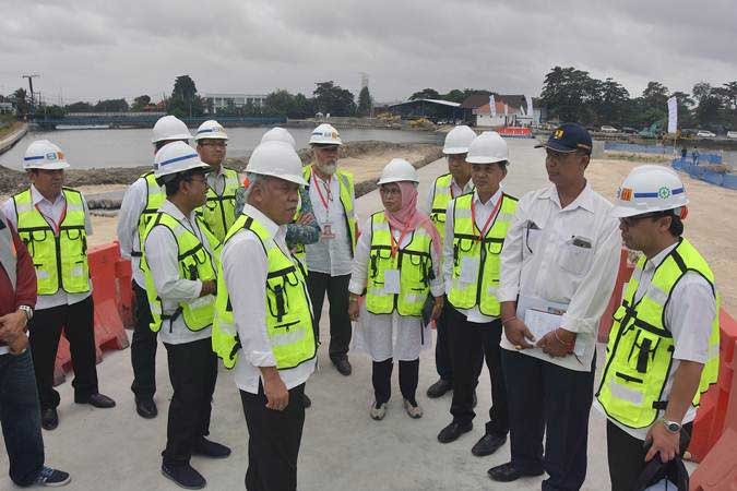 Menteri PUPR Basuki Hadimuljono (ketiga kiri) meninjau proyek penataan Waduk Muara Nusa Dua di Denpasar, Bali, Jumat (14/6/2019). - ANTARA/Nyoman Hendra Wibowo