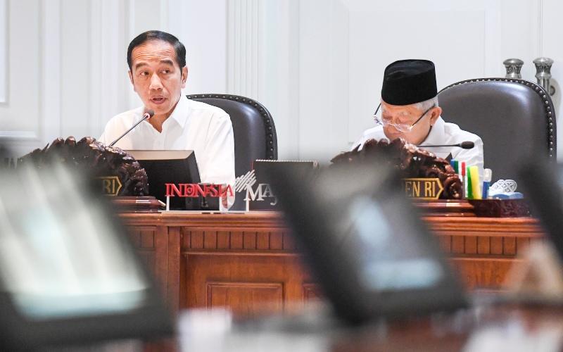 Presiden Joko Widodo (kiri) didampingi Wakil Presiden Ma'ruf Amin (kanan) memimpin rapat terbatas (ratas) di Kantor Presiden, Jakarta, Senin (9/3/2020). Ratas tersebut membahas kerangka ekonomi makro dan pokok-pokok kebijakan fiskal tahun 2021 dan rencana kerja pemerintah tahun 2021. - ANTARA FOTO/Hafidz Mubarak A