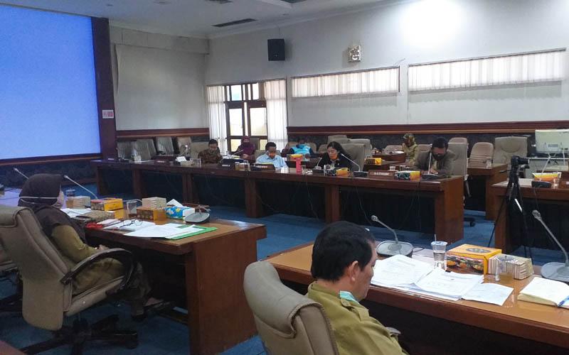Rapat antara Komisi A DPRD DIY bersama Gugus Tugas Penanganan Covid-19 di DPRD DIY, Senin (13/4/2020).  - Harian Jogja/Sunartono.