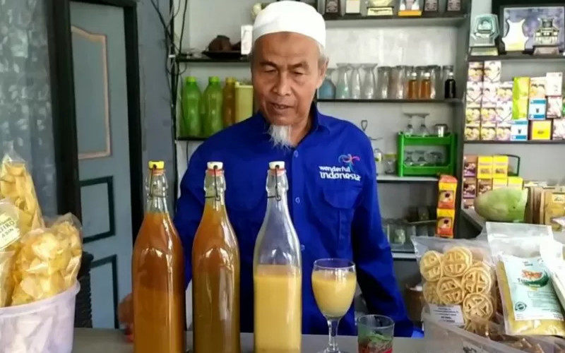 Pedagang jamu tradisional di Banjarbaru, Tarmuji. - Antara
