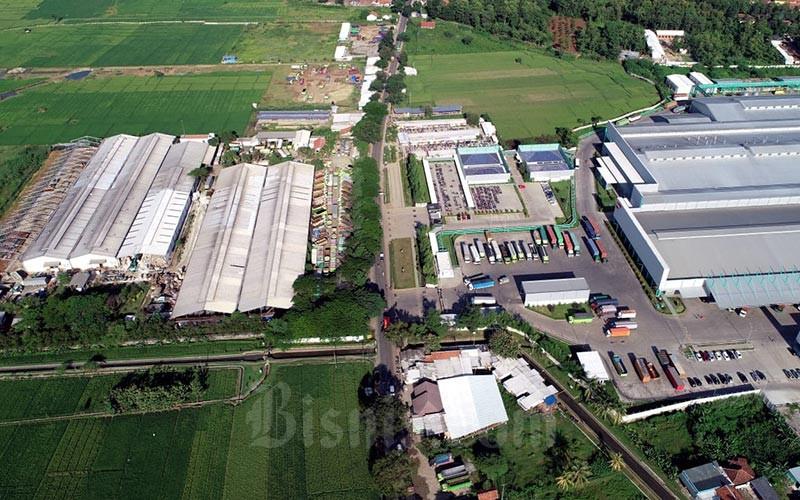 Foto udara kawasan pabrik di Sumberjaya, Kabupaten Majalengka, Jawa Barat, Jumat (20/3/2020). Bisnis - Rachman