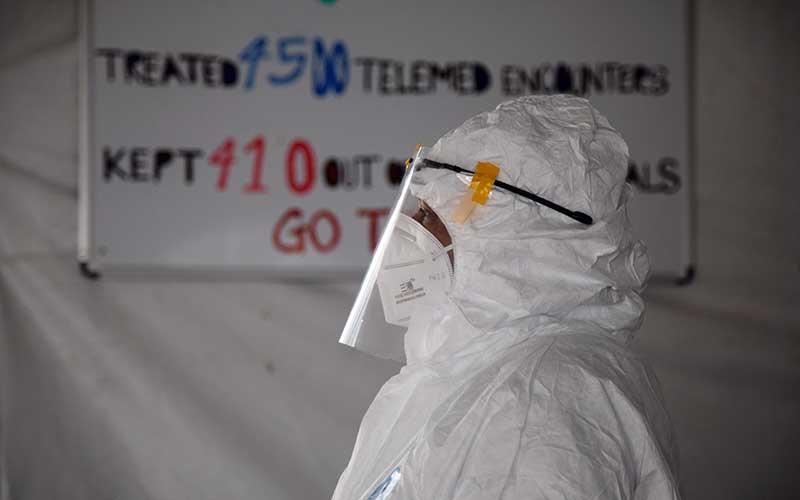 Ilustrasi petugas medis yang menangani serangan virus corona COVID-19. - Bloomberg