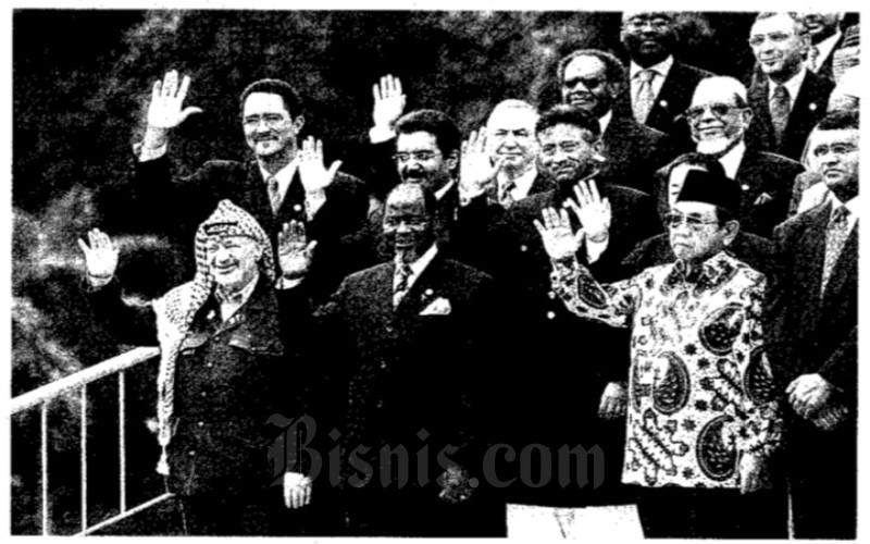 Abdurrahman Wahid (Gus Dur) bersama para pemimpin negara yang tergabung di dalam G-77 tengah berpose untuk media, Rabu (12/4 - 2000).
