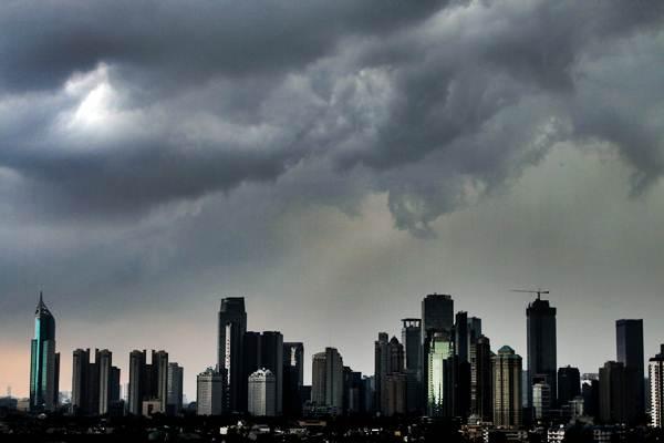 Awan hitam menyelimuti langit Jakarta, Senin (10/12/2018). - ANTARA/Rivan Awal Lingga