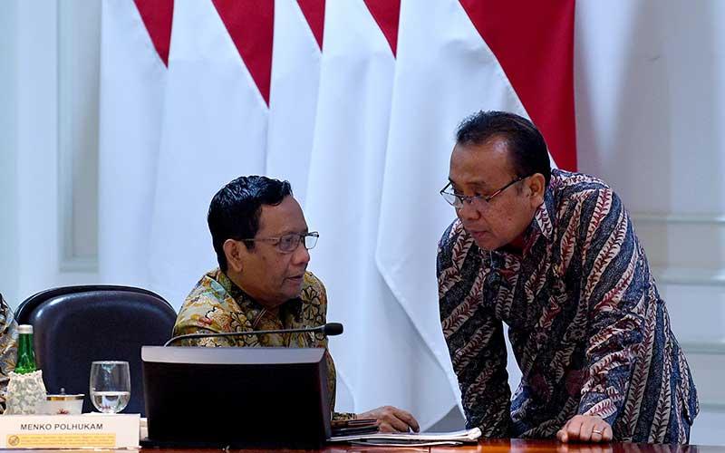 Menko Polhukam Mahfud MD (kiri) berbincang dengan Mensesneg Pratikno sebelum rapat terbatas di Kantor Presiden, Jakarta, Rabu (11/3/2020). - ANTARA/Sigid Kurniawan