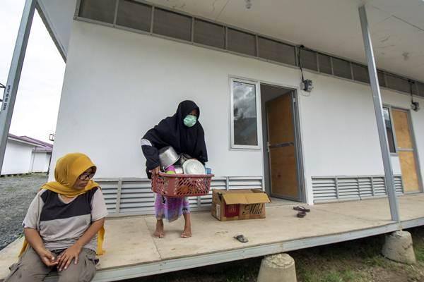 Pengungsi mengangkat barang-barangnya masuk ke Hunian Sementara (Huntara) kluster kedua di Kelurahan Duyu, Palu, Sulawesi Tengah, Kamis (17/1/2019). - ANTARA/Basri Marzuki