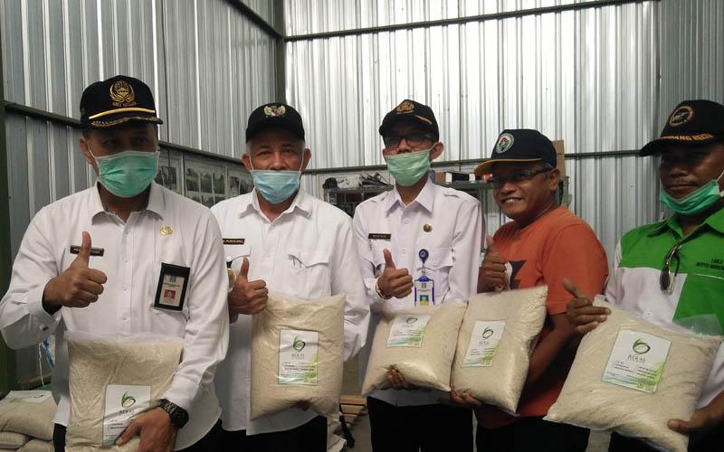 Bupati Sleman Sri Purnomo (dua dari kiri) memperlihatkan stok beras di salah satu gudang beras di Pandowoharjo, Sleman beberapa waktu lalu. - Harian Jogja/Abdul Hamid Razak