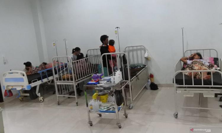 Pasien demam berdarah dengue (DBD) tengah dirawat di salah satu ruangan di RSUD TC Hillers, Rabu (11/3/2020). - Antara/Kornelis Kaha