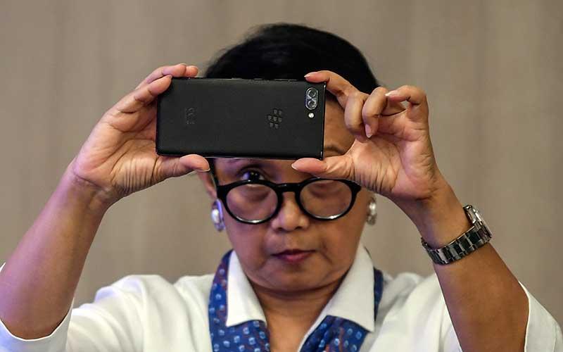 Menteri Luar Negeri Retno LP Marsudi mengambil gambar dengan ponselnya saat menghadiri acara forum pimred di Jakarta, Selasa (3/3/2020). ANTARA FOTO - Muhammad Adimaja