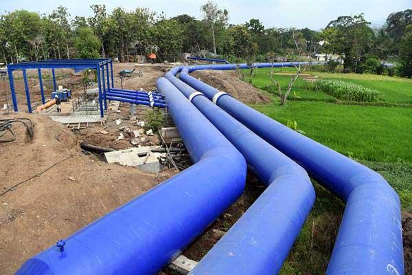 Pekerja menyelesaikan pembangunan proyek Sistem Penyediaan Air Minum (SPAM) Umbulan, di Kabupaten Pasuruan, Jawa Timur, Kamis (15/11/2018). - ANTARA/Zabur Karuru