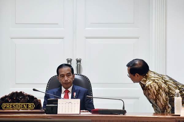 Presiden Joko Widodo berbincang dengan Sekretaris Kabinet Pramono Anung (kanan) sebelum memimpin rapat terbatas tentang insentif investasi di Kantor Presiden, Jakarta, Selasa (20/2/2018). - ANTARA/Puspa Perwitasari