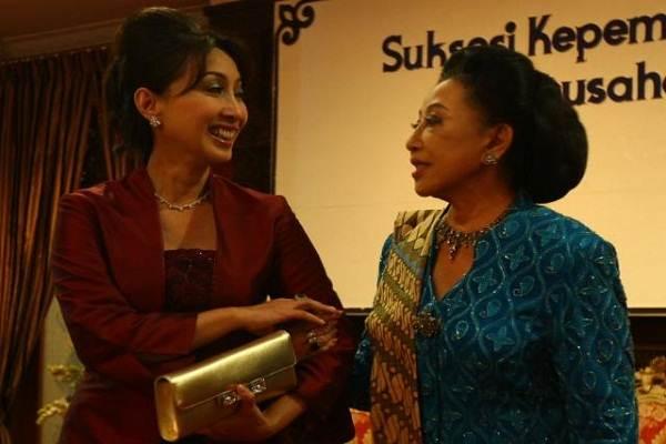 Presiden Komisaris PT Mustika Ratu Tbk. (MRAT) Putri Kuswisnu Wardhani (kiri) berbincang pendiri perusahaan sekaligus ibunya Mooryati Soedibyo. - Bisnis/Yayus
