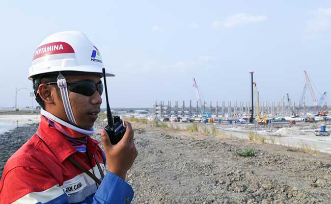 Karyawan Pertamina memantau pembangunan proyek Jambaran Titung Biru, Blok Cepu. Istimewa/Pertamina