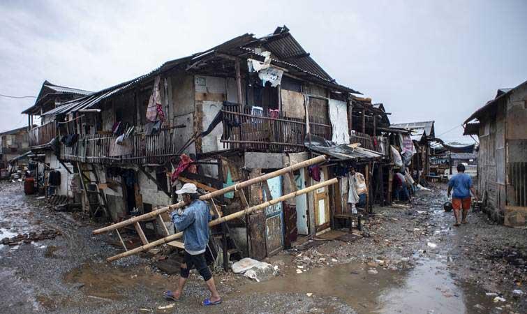 Warga beraktivitas di permukiman semi permanen di Kampung Kerang Ijo, Muara Angke, Jakarta. Pandemi corona melipatgandakan jumlah warga miskin./Antara - Aprillio Akbar