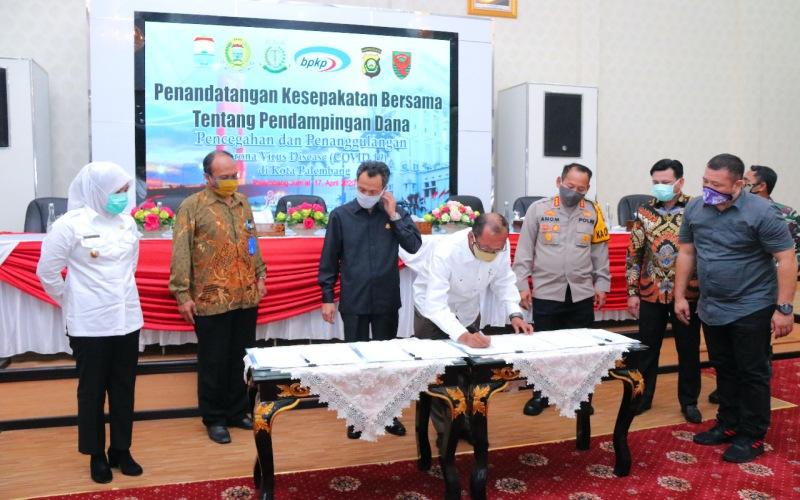 Walikota Palembang Harnojoyo menandatangani kesepakatan bersama tentang pendampingan dana COVID/19. istimewa