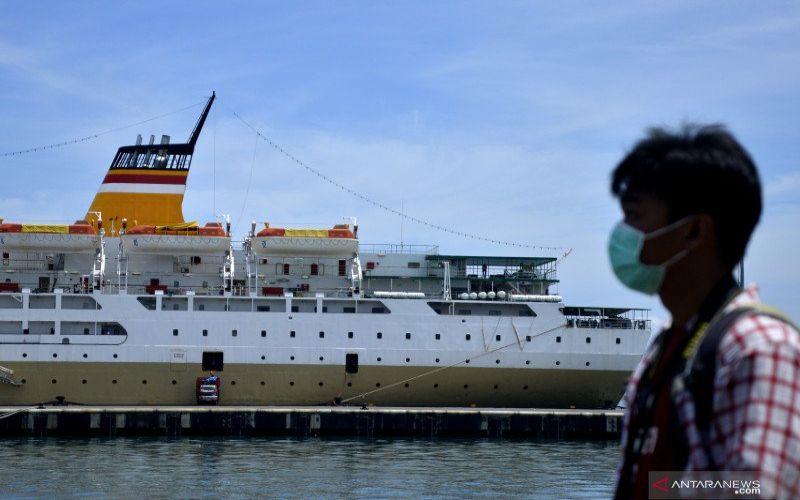 KM Lambelu saat bersandar di Pelabuhan Peti Kemas, Makassar, Sulawesi Selatan, Selasa (14/4/2020). Sebanyak 141 anak buah kapal (ABK) akan menjalani karantina di atas KM Lambelu karena hasil tes swab pada 42 ABK menyatakan 26 ABK positif COVID-19 sementara sebagian ABK lainnya baru akan dites hari ini. ANTARA FOTO/Abriawan Abhe/foc. (ANTARA FOTO - ABRIAWAN ABHE)