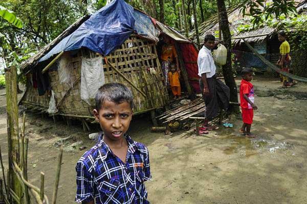 Warga Rohingya beraktivitas di kamp pengungsian internal Sittwe, negara bagian Rakhine, Myanmar, Minggu (3/9). Keadaan yang semakin memanas saat ini membuat masyarakat Rohingya di Sittwe semakin tertekan. - ANTARA/Willy Kurniawan