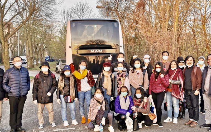 KBRI Warsawa memfasilitasi kepulangan 18 Warga Negara Indonesia (WNI) ke Indonesia dari Polandia menyusul besarnya dampak pandemi virus corona terhadap ekonomi negara Eropa Tengah itu. - Antara