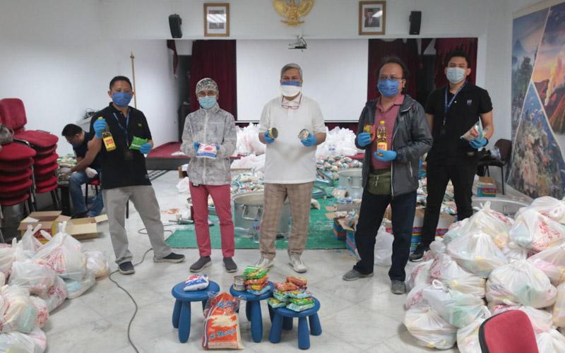 Duta Besar RI untuk Mesir Helmy Fauzy (ketiga kiri) dan Wakil Dubes M. Aji Surya (kedua kiri) menyerahkan bantuan kebutuhan pokok untuk WNI di negara itu yang terdampak virus corona. - KBRI Mesir.