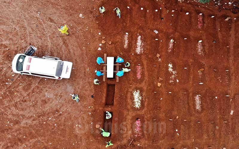 Foto aerial proses pemakaman jenazah pasien virus corona atau COVID-19 di Taman Pemakaman Umum (TPU) Pondok Ranggon, Jakarta, Kamis (9/4/2020). - Bisnis/Himawan L Nugraha