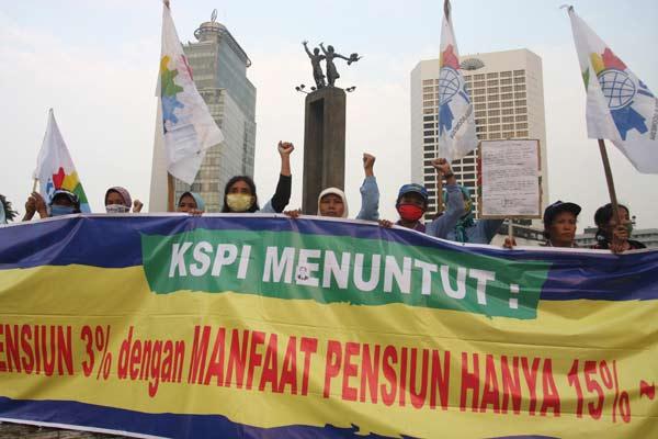 Ilsutrasi - Sejumlah buruh dari Gerakan Buruh Indonesia (GBI) dan KSPI melakukan aksi unjuk rasa menolak peraturan pemerintah soal jaminan hari tua di Bundaran Hotel Indonesia, Jakarta Pusat, Jumat (3/7). Dalam orasinya mereka menolak secara tegas Peraturan Pemerintah no 46 Tahun 2015 terkait Jaminan Hari Tua (JHT) yang telah diberlakukan oleh Menaker dan BPJS Ketenagakerjaan.  - ANTARA
